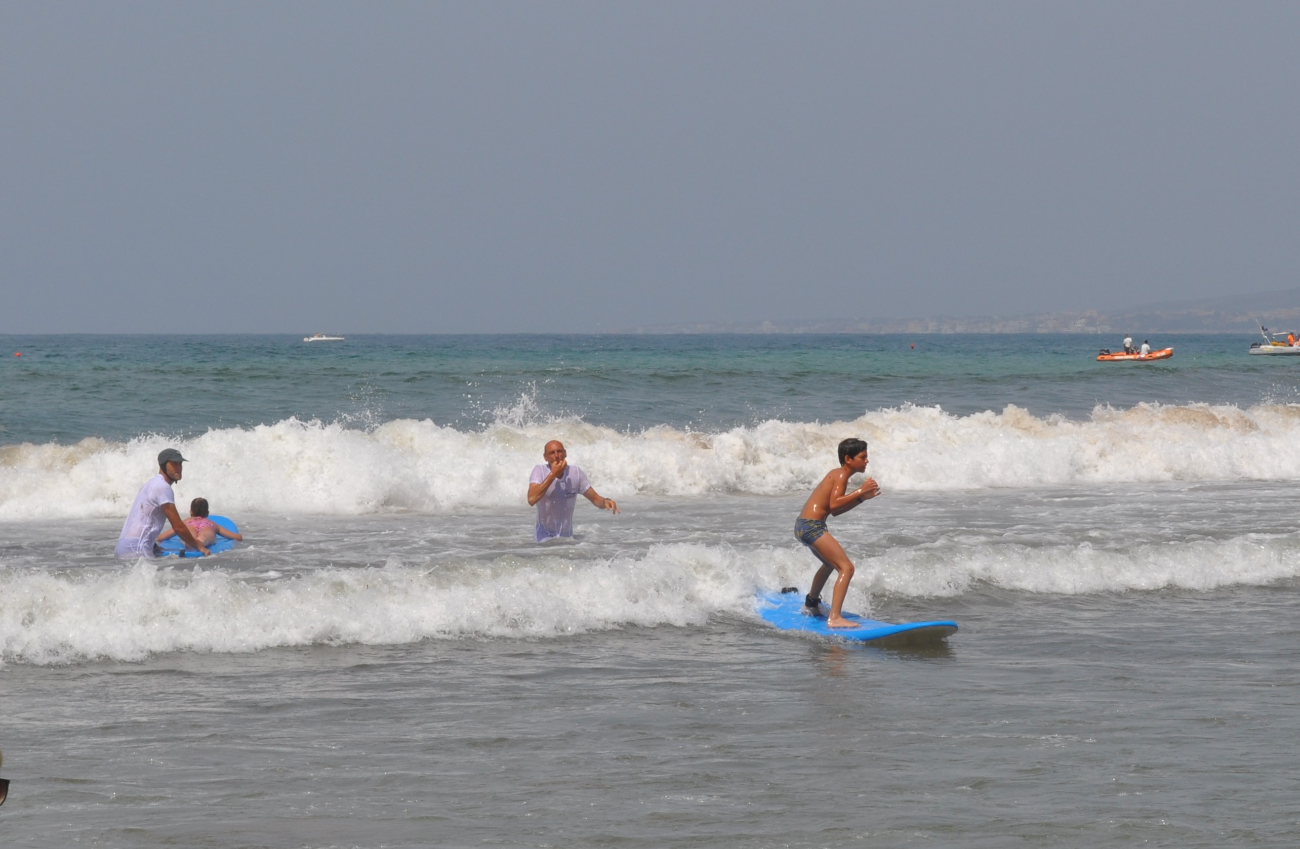 sessione di surf con ragazzo