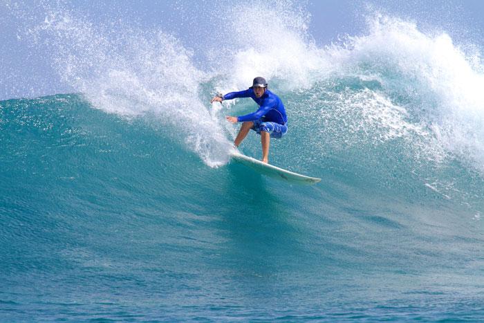 surfista su onda