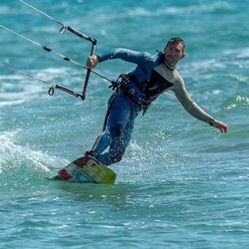 persona che fa kitesurf in toeside