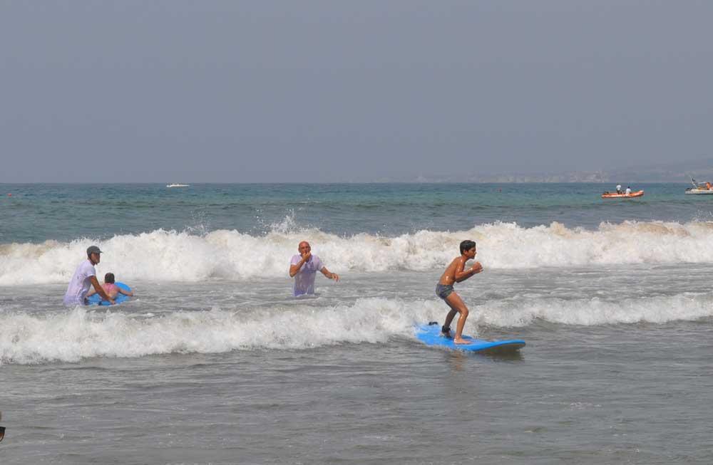 lezioni di surf con ragazzo