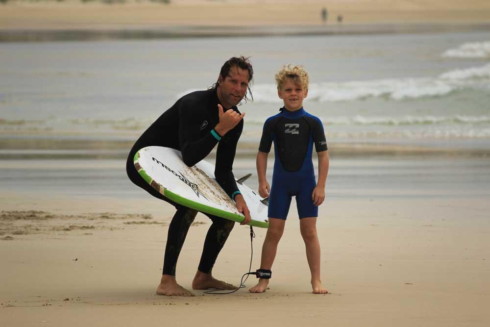 bimbo e istruttore surf